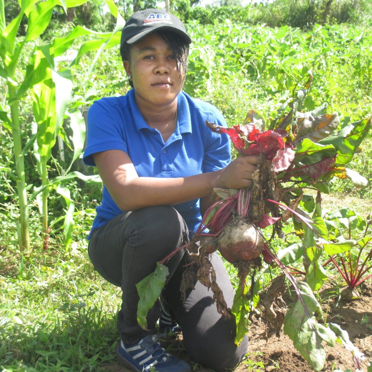 150311 CAP ag SREDD garden xpr beets harvest intern women 2
